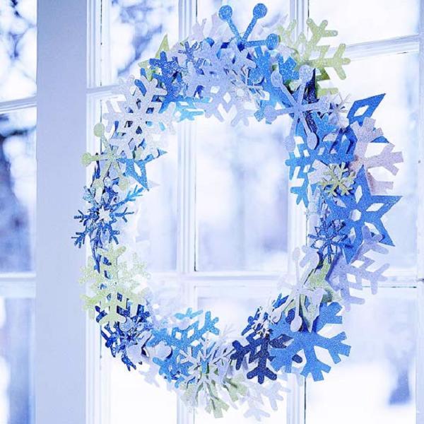 Декоративный венок из бумажных снежинок