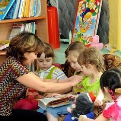 воспитатель в детском садике фото