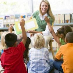 воспитатель в детском саду фото
