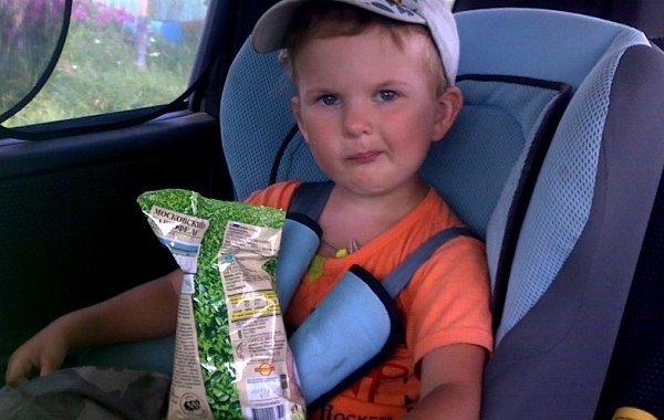 ребенок и еда в автомобиле