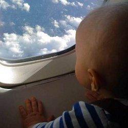 ребенок в самолете фото