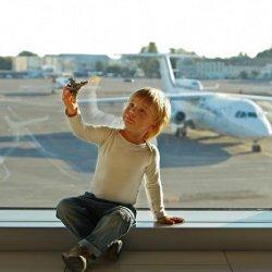 ребенок в аэропорту фото