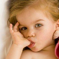 ребенок сосет палец фото